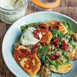 Салат с адыгейским сыром, шпинатом, киноа и заправкой из кабачка