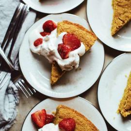 Ванильный кукурузный пирог с запеченной клубникой: рецепт блюда
