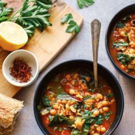 «Подкопченный» шафрановый суп с нутом, мангольдом и рисом