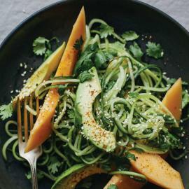 Огуречная лапша с дыней, авокадо и кунжутом: рецепт для веганов
