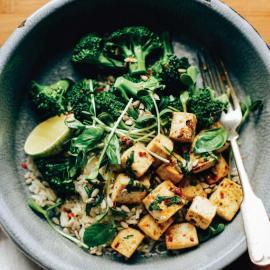 Боул с жареным тофу, чили, базиликом и лаймом: рецепт блюда