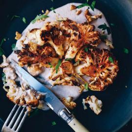 Цветная капуста с пряной корочкой и соусом из грецких орехов