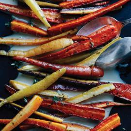 Печеная морковь с имбирно-кленовым кремом: рецепт для веганов