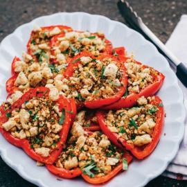 Красные перцы с пряными сухариками: рецепт для веганов