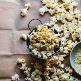 Домашний попкорн с волшебной посыпкой: рецепт для веганов