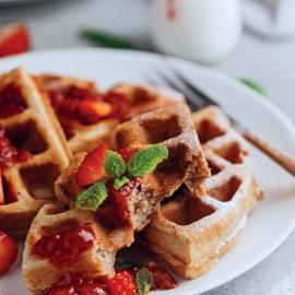 Гречневые вафли с клубничным соусом: рецепт приготовления