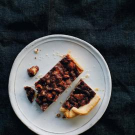 Рассыпчатый тарт с соленой карамелью и шоколадом: рецепт для веганов