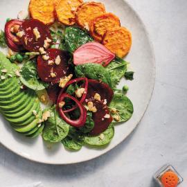 Салат со свеклой, луком и бататом: рецепт для веганов